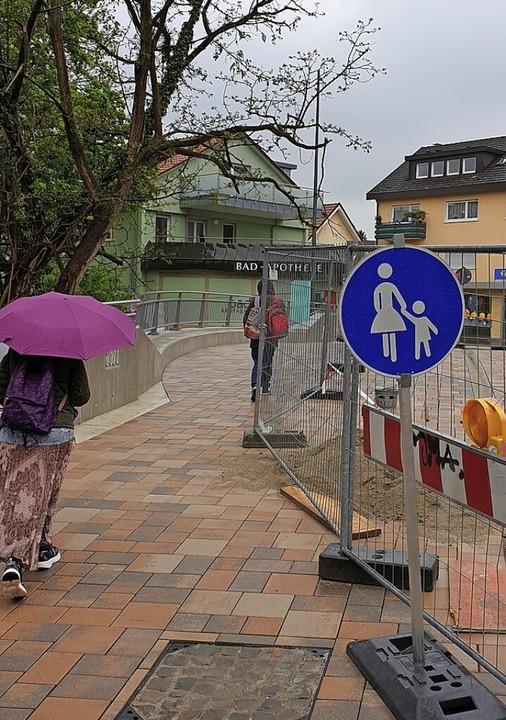 Für Fußgänger war die Bernhardusbrücke am Freitag schon geöffnet.  | Foto: Frank Schoch