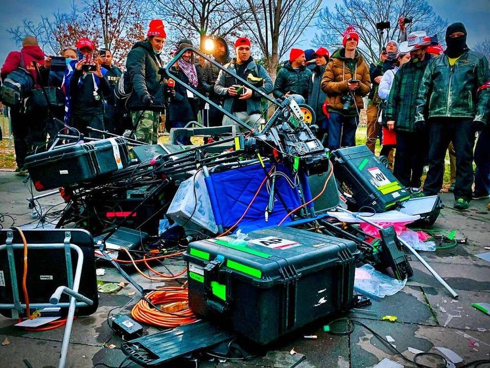 Anhänger von Ex-US-Präsident Donald Tr...t die Gewalt gegen Pressevertreter zu.  | Foto: AGNES BUN (AFP)