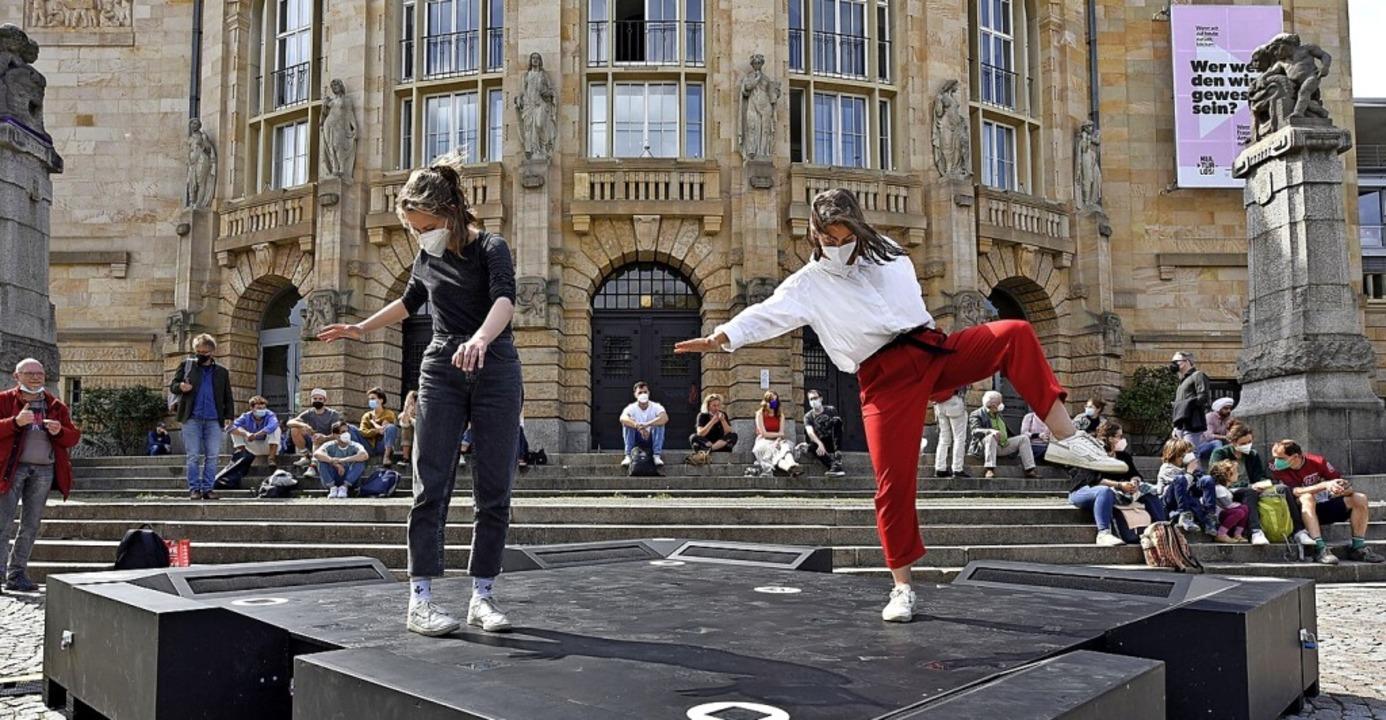 Leonie Fritsch (rechts) und Malin Hoffmann auf der Installation  | Foto: Thomas Kunz