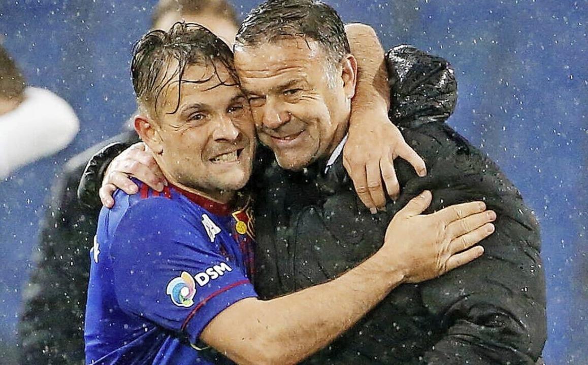 Freude im Basler Regen: Amir Abrashi (links) und Trainer Patrick Rahmen  | Foto: MANUEL GEISSER via www.imago-images.de