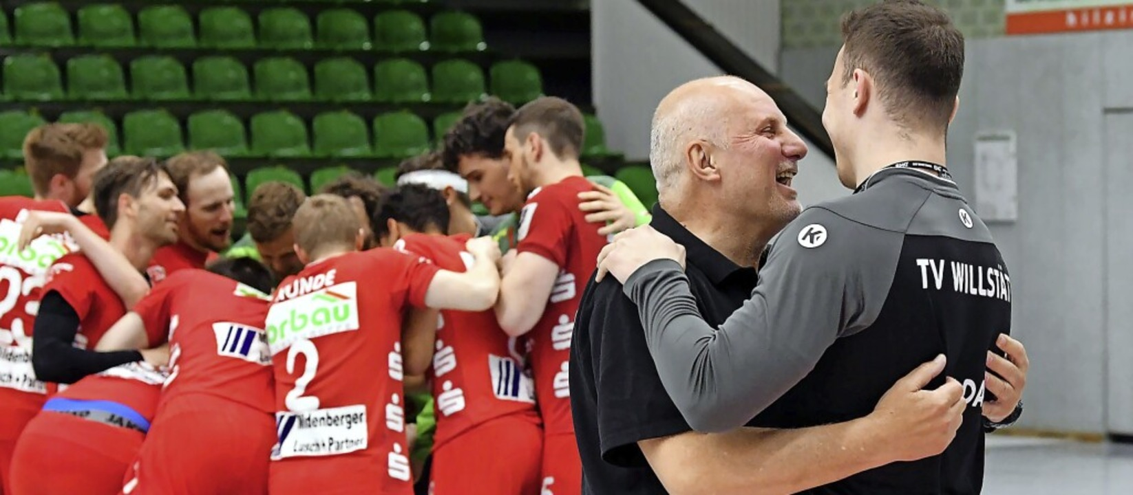 Pure Erleichterung: Während sein Team ...letzt aussetzenden Jan-Philipp Valda.   | Foto: Wolfgang Künstle