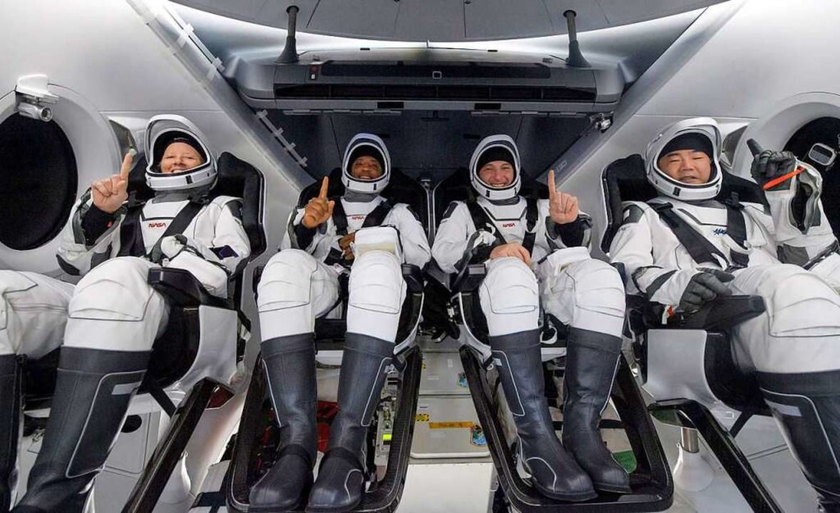 Die NASA-Astronauten Shannon Walker (l...ceX Crew Dragon Resilience-Raumschiffs  | Foto: Bill Ingalls (dpa)