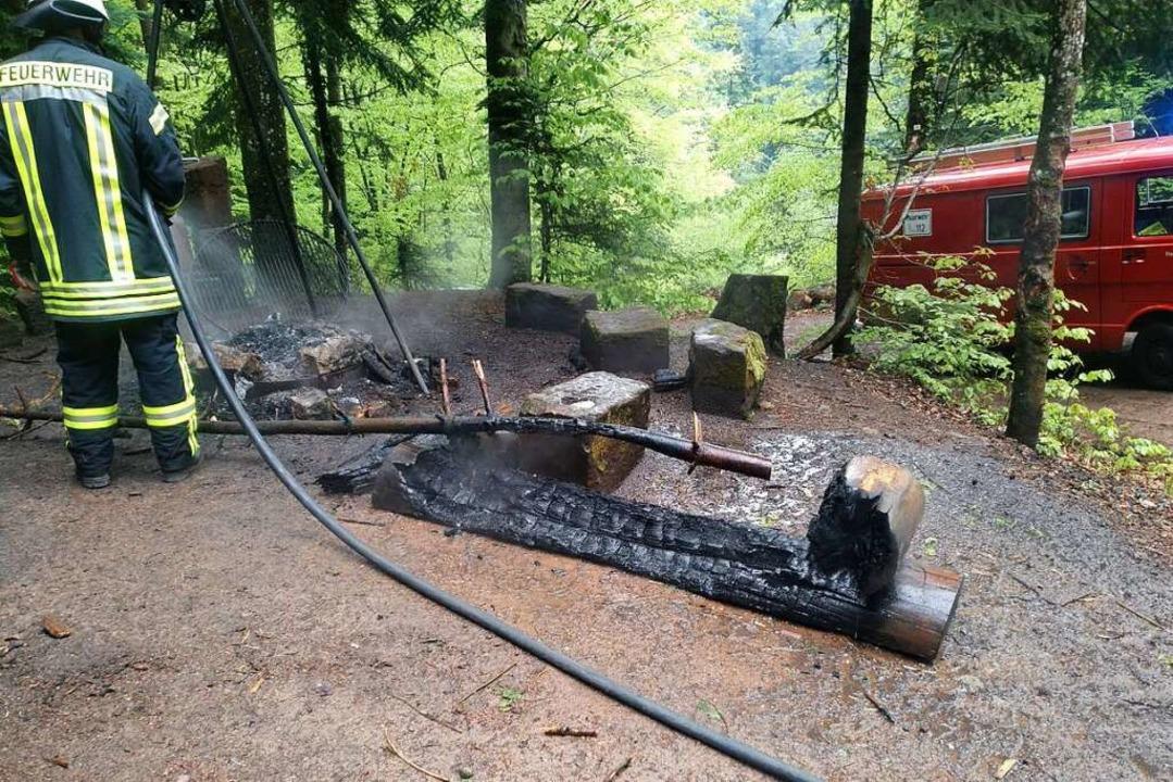 Die Holzbank glühte beim Eintreffen der Feuerwehr noch immer.  | Foto: Freiwillige Feuerwehr Bleibach