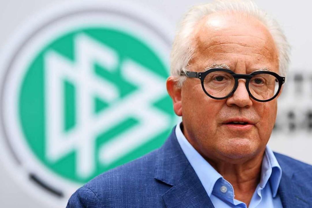 Fritz Keller, Präsident des Deutschen ...Im Hintergrund sieht man das DFB-Logo.  | Foto: Arne Dedert (dpa)
