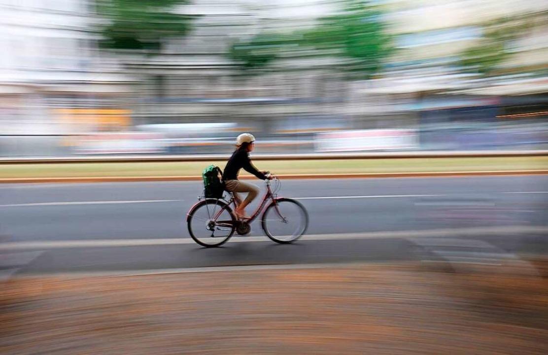 Fahrradfahren erlebt mit Corona ein Revival.  | Foto: Sebastian Willnow (dpa)