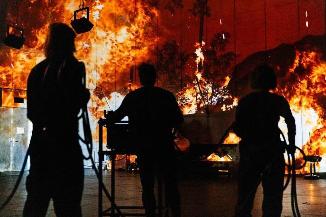 Sieht schlimmer aus als es ist: Feuer an Wände projiziert  | Foto: Theater Zürich