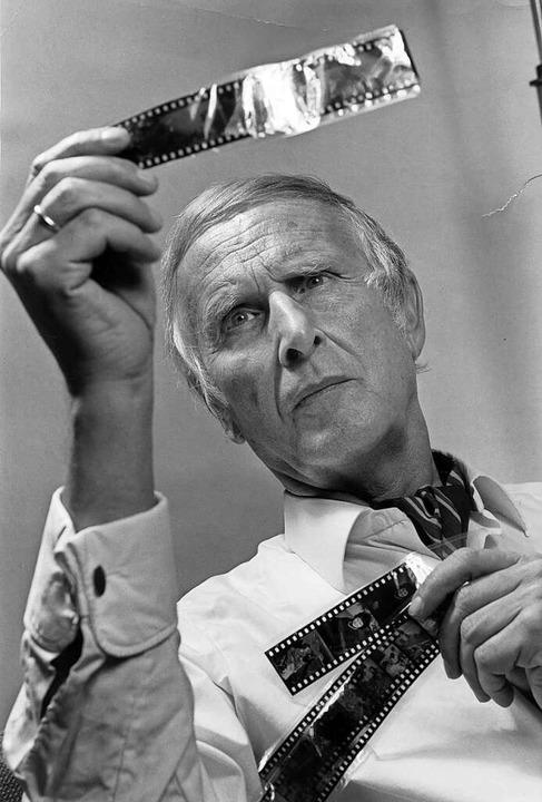 Der  Parapsychologe Hans Bender untersucht Geiges-Aufnahmen.  | Foto: Leif Geiges, Archiv des IGPP, Sammlung Leif Geiges
