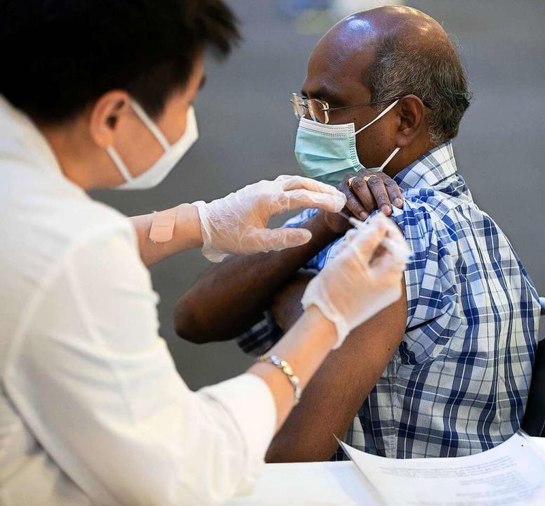 Das wollen nicht alle in den USA: Ein Mann wird in North Carolina geimpft.    Foto: Robert Willett via www.imago-images.de