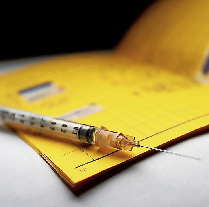 Bislang werden Impfungen nur auf Papier bescheinigt, das soll sich ändern.  | Foto: Karl-Josef Hildenbrand (dpa)