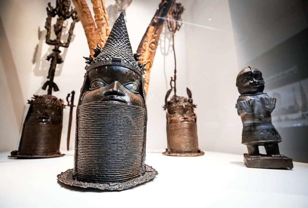 Benin-Bronzen im Stuttgarter Lindenmus...11; aus Angst vor Rückgabeforderungen.  | Foto: Christoph Schmidt (dpa)