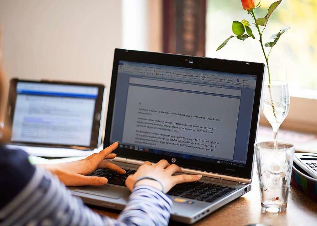 Eine Schülerin sitzt in einem Arbeitsz...itet an ihrem Computer für die Schule.  | Foto: Sebastian Gollnow (dpa)