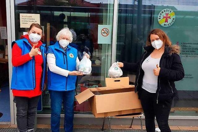 Obdachlose erhalten Tüten mit Hygiene-Artikeln