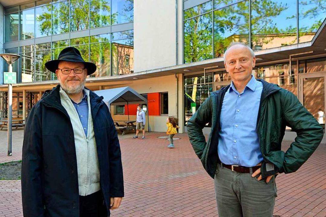 Vorstände Alexander Pollhans (links) u...nk vor dem Eingangsbereich der Schule.    Foto: Michael Bamberger