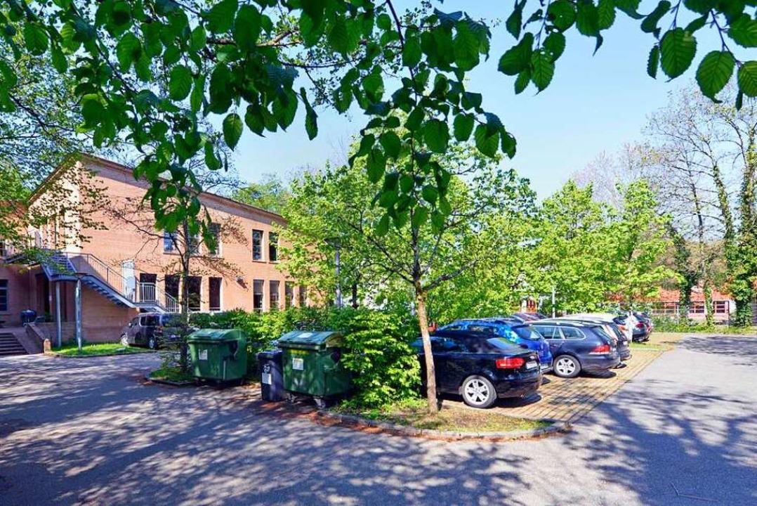 Auf dem bisherigen Parkplatz soll der Erweiterungsbau entstehen.    Foto: Michael Bamberger