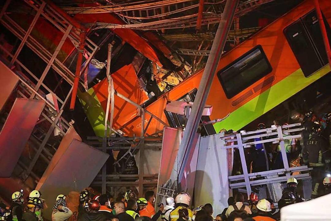 In Mexiko-Stadt ist eine U-Bahnbrücke ...iefe und stießen miteinander zusammen.  | Foto: El Universal (dpa)