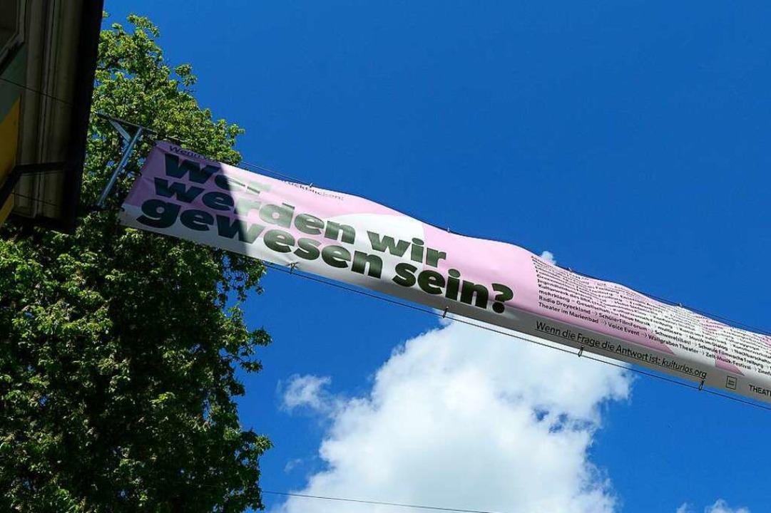 Mit Bannern wie diesem will das Freibu... Gedächtnis der Öffentlichkeit halten.  | Foto: Ingo Schneider