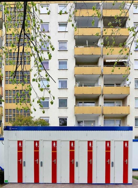 Vor den Häusern stehen Dusch- und Toil...rinnen und Bewohner ausweichen müssen.  | Foto: Ingo Schneider