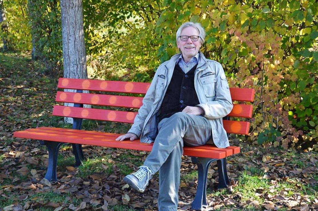 Burkhard Werner auf der Bank am Orange...kt, den er in Heuweiler initiiert hat.    Foto: privat