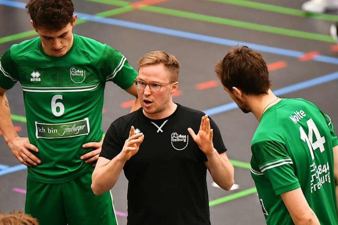 FT-Trainer Jakob Schönhagen (Mitte) is...igste, seine Spieler besser zu machen.  | Foto: Achim Keller