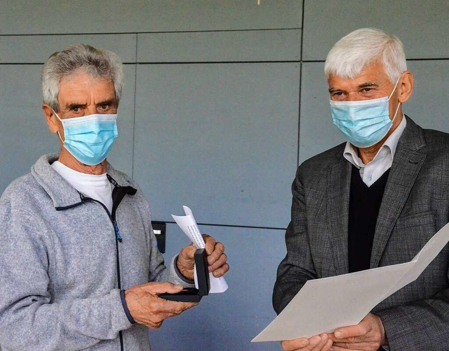 Hans Joachim Weiser (links) erhielt di...ung von Bürgermeister Josef Schweizer.  | Foto: Gabriele Hennicke