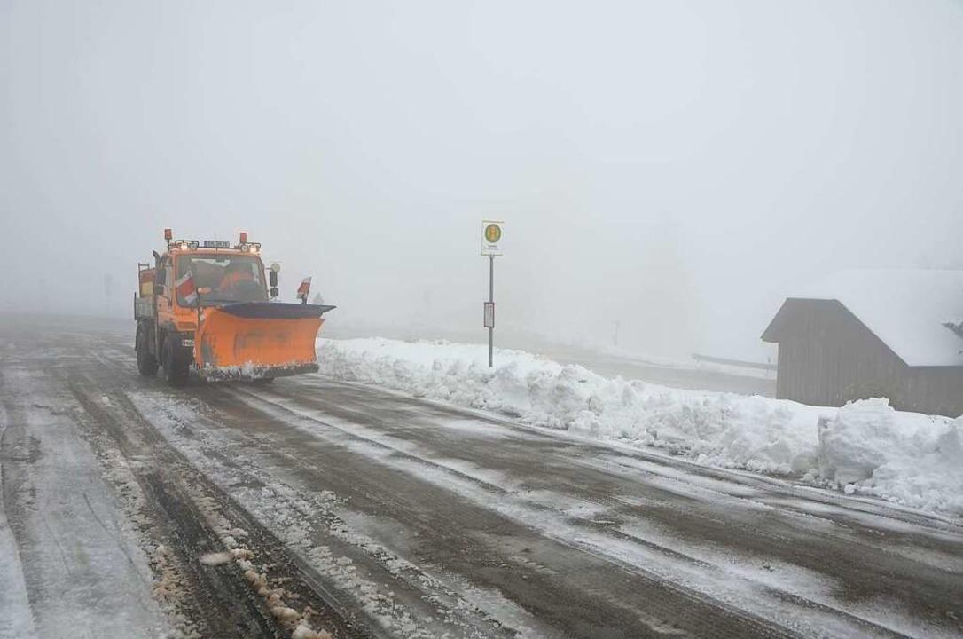 Zum Einsatzgebiet der Straßenmeisterei...f die 1204 Meter hohe Kandel-Passhöhe.  | Foto: Bernd Fackler