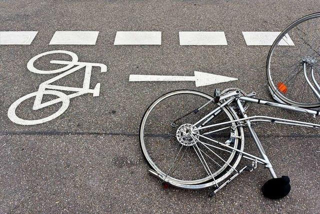 Rennradfahrer beim Herausfahren übersehen