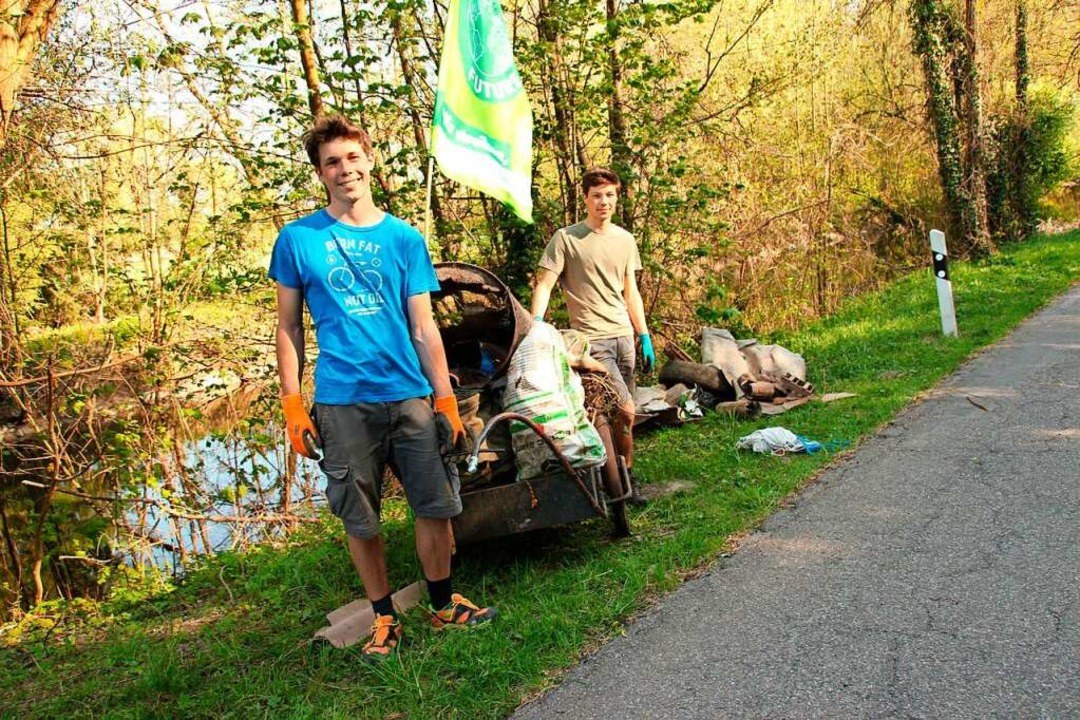 Matti Engelhardt (links) und Max Kelle...hrradanhänger zum Gottenheimer Bauhof.  | Foto: Mario Schöneberg