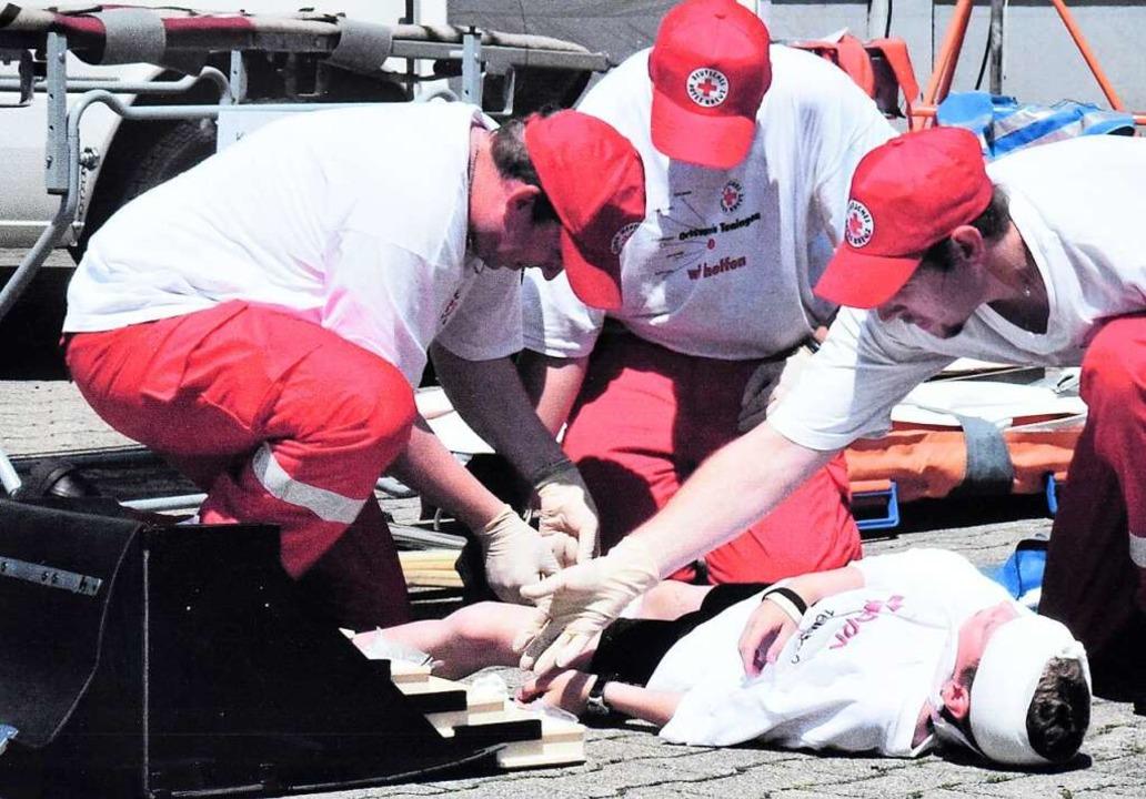 Wie die Sanitäter helfen, demonstriert...uübungen wie bei dieser in Köndringen.  | Foto: Repros: Markus Zimmermann