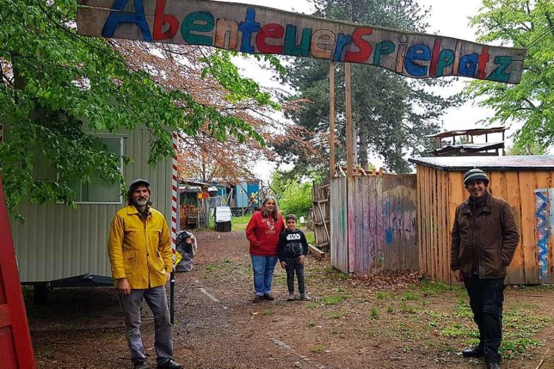 Der Abenteuerspielplatz in Lahr ist de...on links) halten die Anlage in Schuss.  | Foto: Christian Kramberg