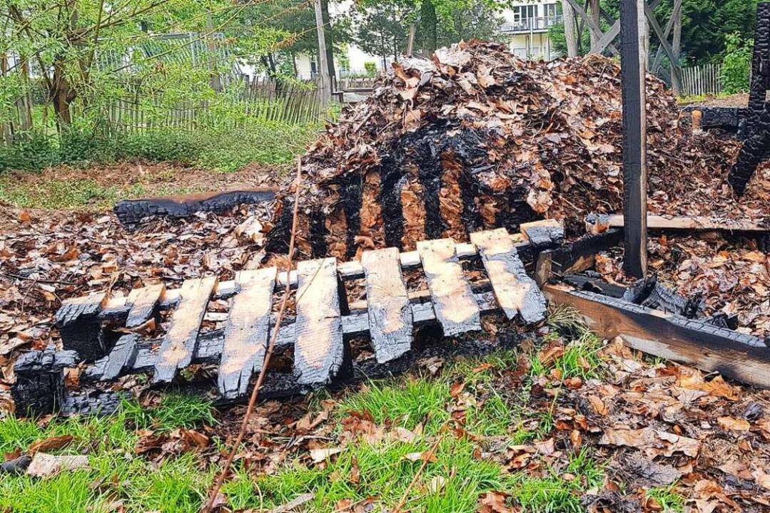 Eine angebrannte Holzpalette  | Foto: Christian Kramberg