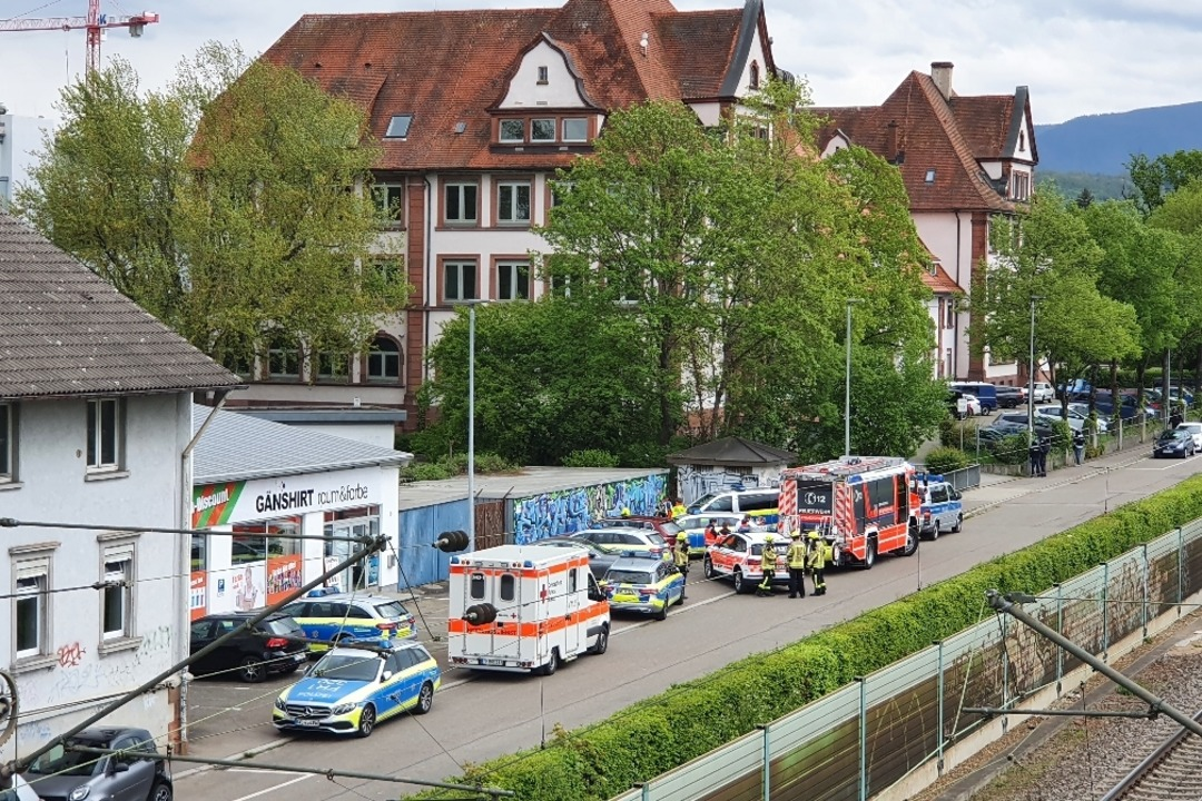 An der Markgrafenschule in Emmendingen... Einsatzkräfte stehen vor dem Gebäude.  | Foto: Michael Sträter