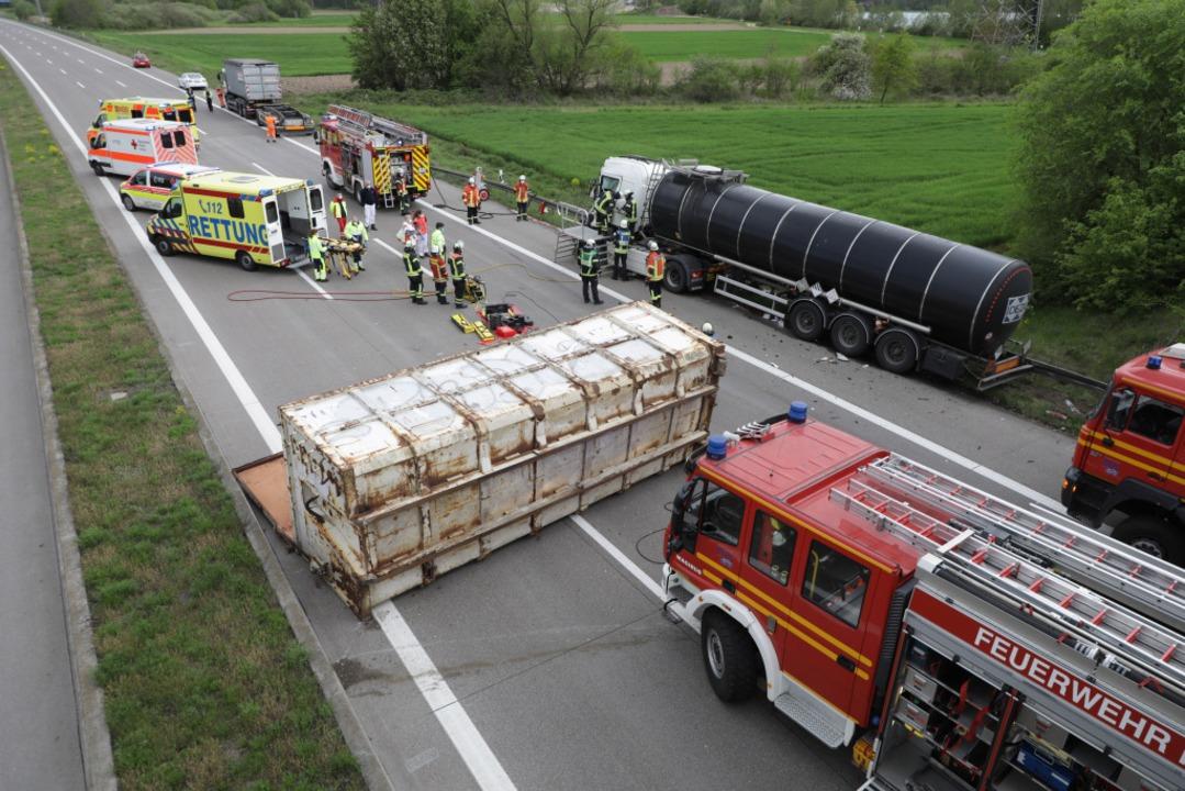 Der vom Lkw geschleuderte Container li... Südfahrbahn der A 5 bei Waltersweier.  | Foto: Christoph Breithaupt