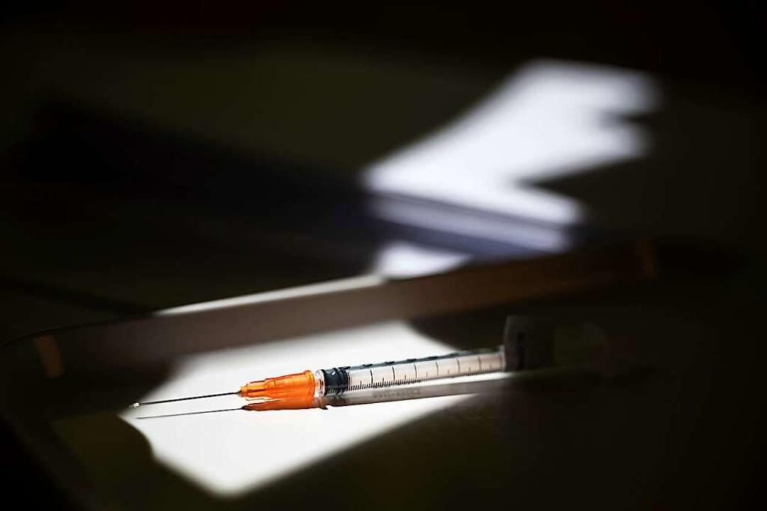 Eine Spritze mit dem Impfstoff von Biontech liegt bereit.  | Foto: Sebastian Gollnow (dpa)