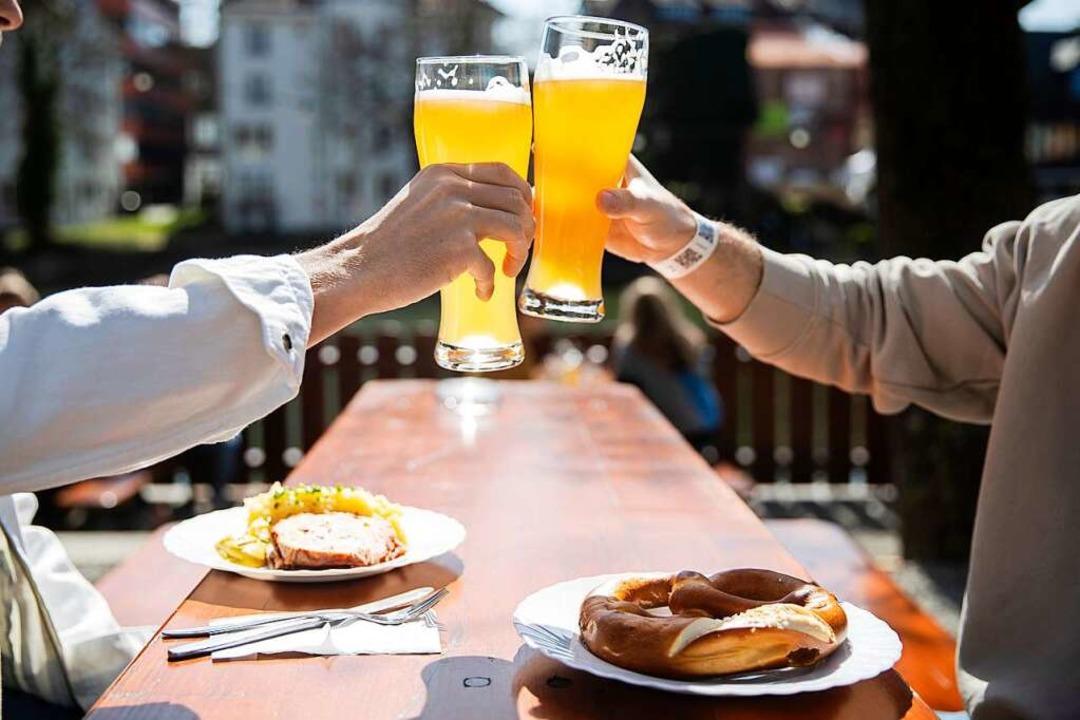 Ein Bier im Biergarten? Zu Pfingsten vielleicht wieder möglich.  | Foto: Tom Weller (dpa)