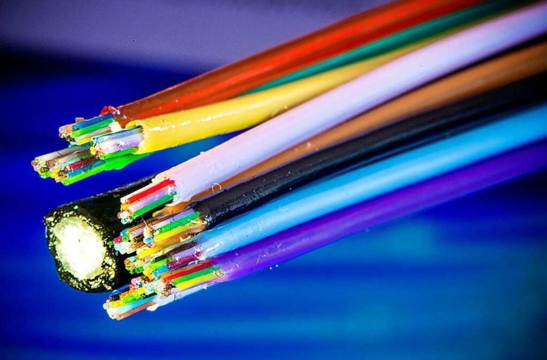 Ein Glasfaserkabel wird für die Verlegung vorbereitet.  | Foto: Jens Büttner (dpa)