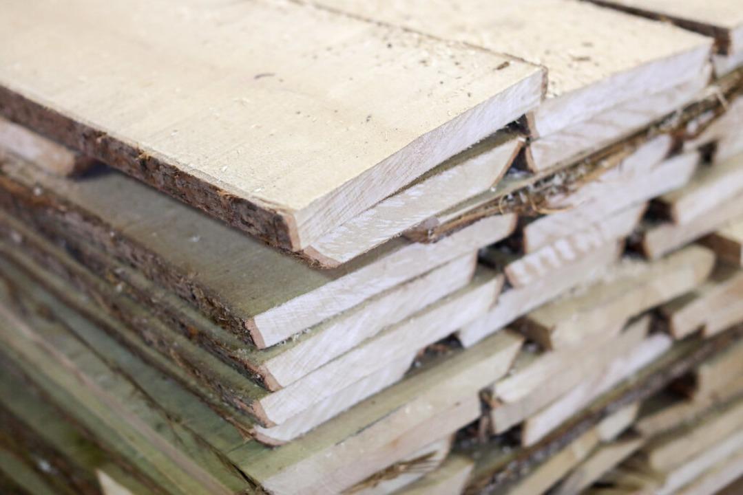 Holz sollte im Überfluss vorhanden sein – eigentlich.  | Foto: Jan Woitas (dpa)