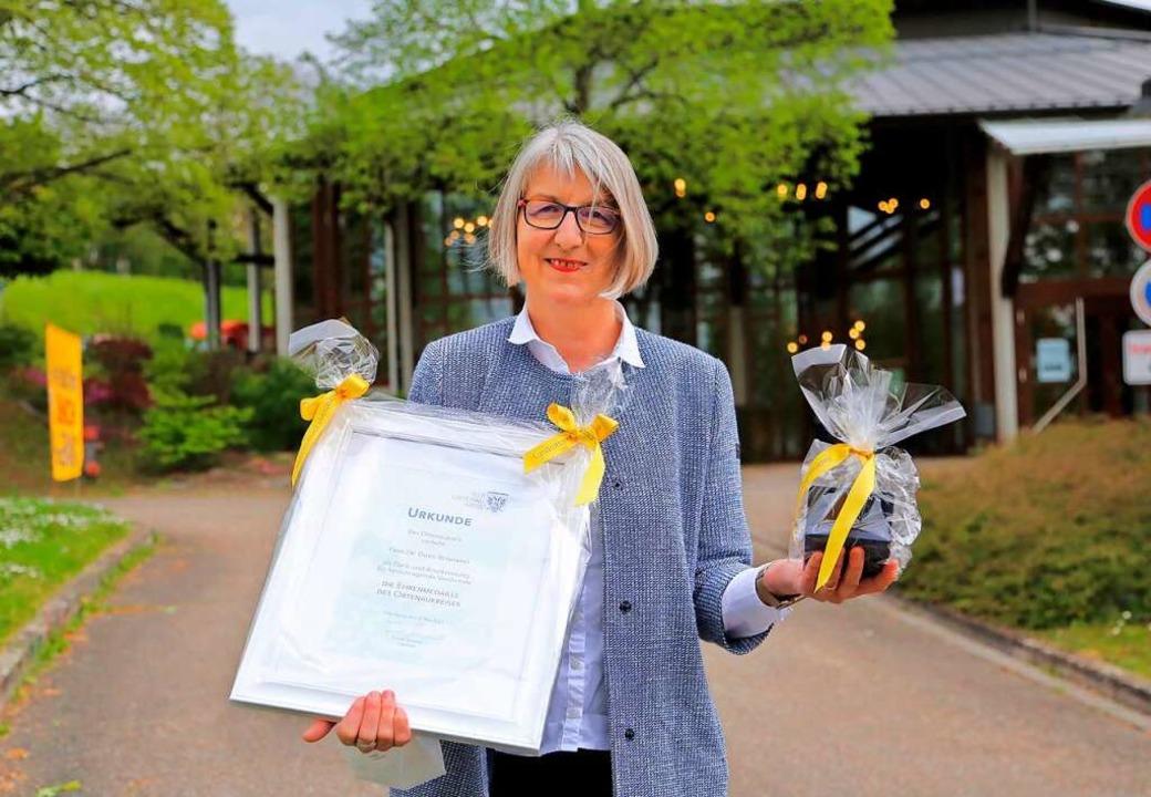 Doris Reinhardt mit der Auszeichnung  | Foto: Landratsamt