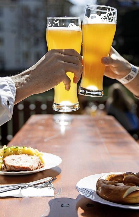Bier und Brezeln im Biergarten? Könnte...pfte, deutet der Ministerpräsident an.  | Foto: Tom Weller (dpa)