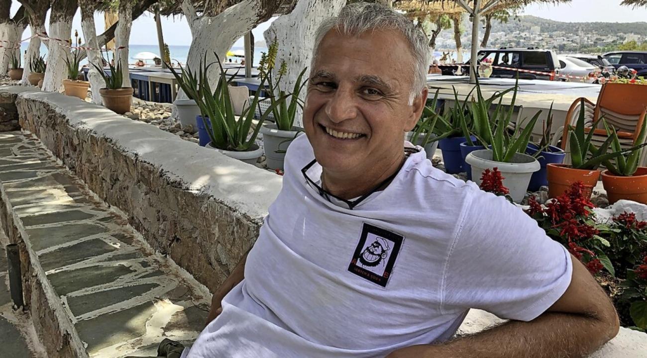Der griechische Wirt Stelios freut sich, dass er wieder öffnen kann.    Foto: Gerd Höhler