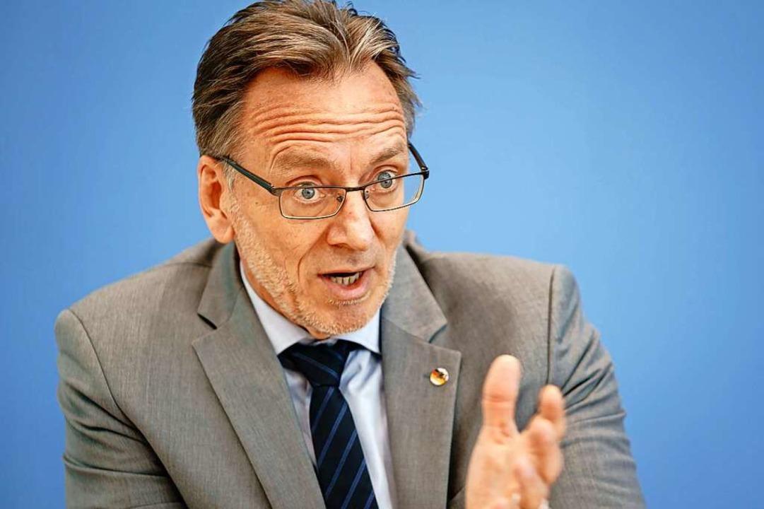 Holger Münch, Präsident des BKA, bei der Vorstellung der Jahresstatistik 2020  | Foto: Kay Nietfeld (dpa)