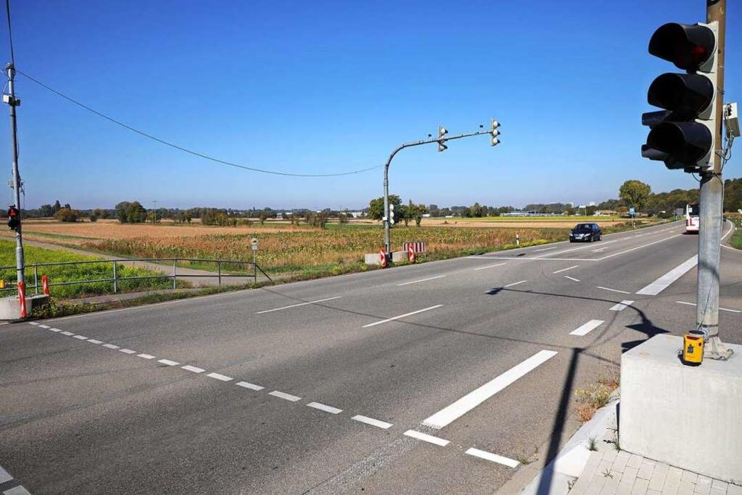 Der Rebweg (links) soll ausgebaut werden und beim Sulzer Kreuz in die B3 münden.  | Foto: Christoph Breithaupt