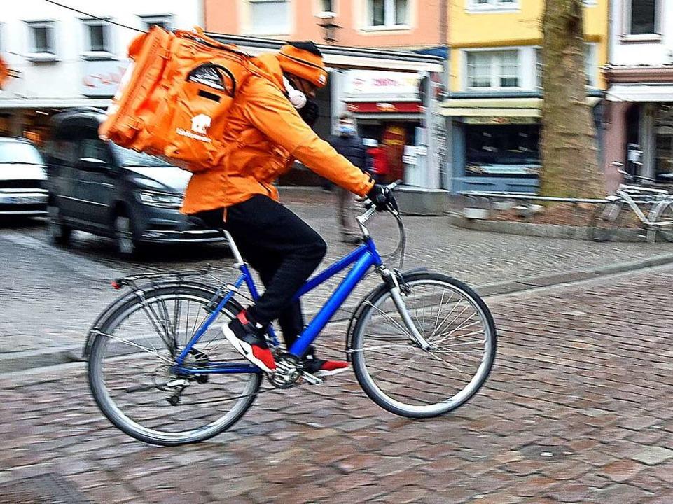 Essen auf Rädern – ein Lieferandofahrer bei der Arbeit.  | Foto: Michael Bamberger
