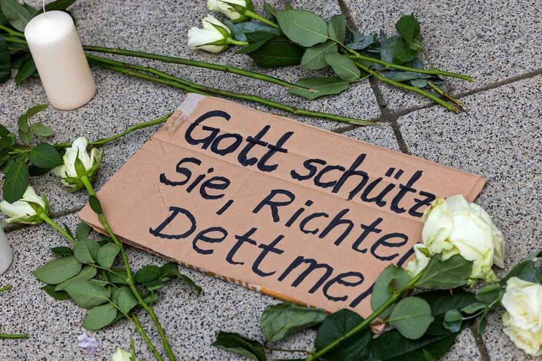 Ein am Wochenende vor dem Erfurter Justizzentrum platziertes Schild  | Foto: Michael Reichel (dpa)