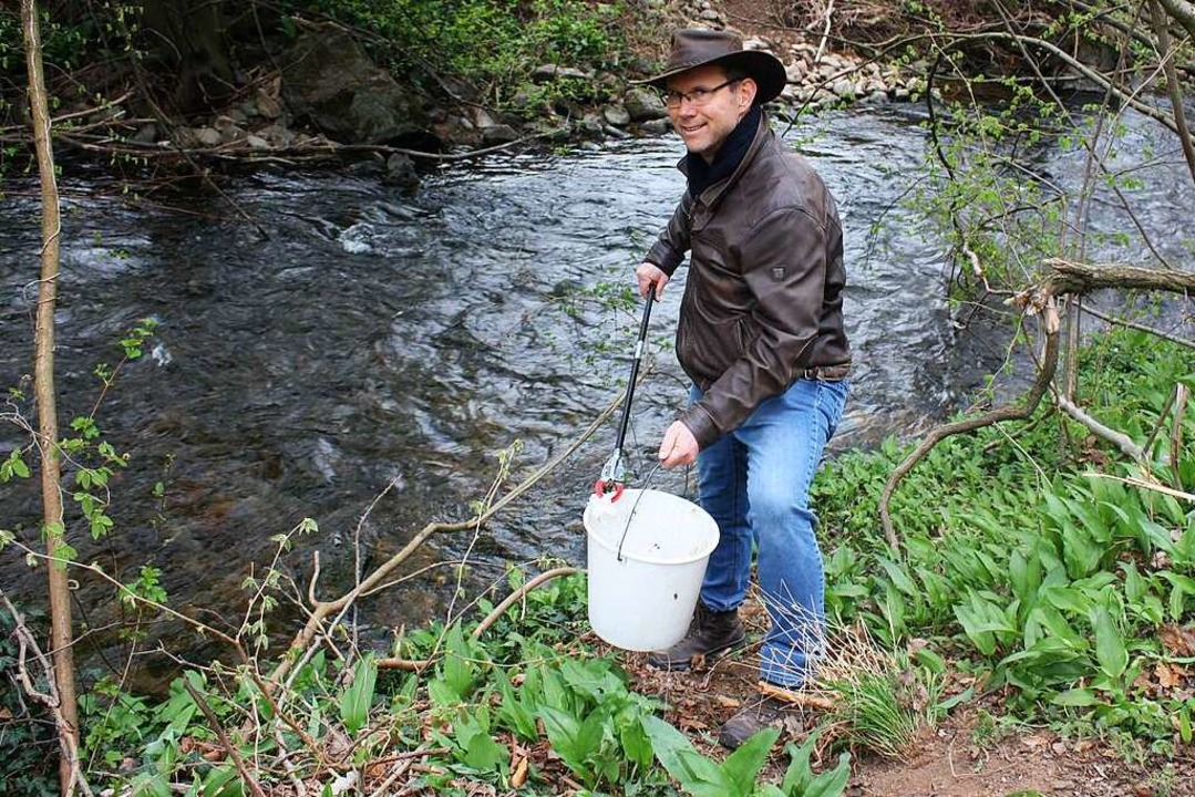 Bei seinen Spaziergängen und Wanderungen sammelt Wladimir Punt Müll.    Foto: Gabriele Fässler