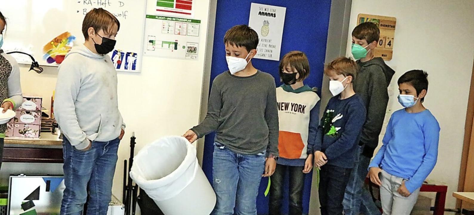 Die Mädchen und Jungen der 4a haben di...nte Mülltrennung auch an ihrer Schule.    Foto: Martha Weishaar
