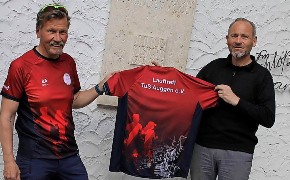 Übergabe Laufshirts:  Bernd Müller (links) und  Dietmar Sehringer  | Foto: Privat