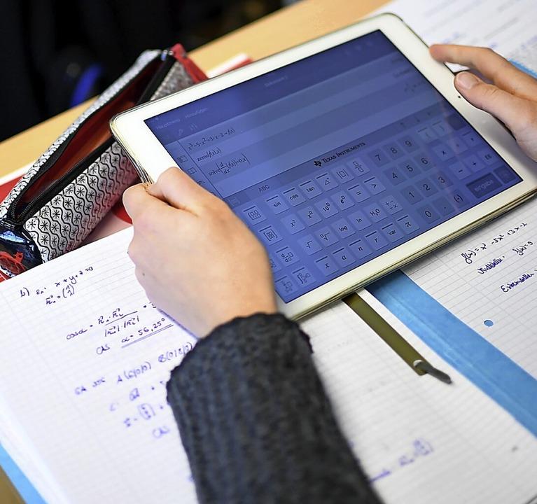 Ein Schüler löst Matheaufgaben mit einem Tablet.  | Foto: Britta Pedersen