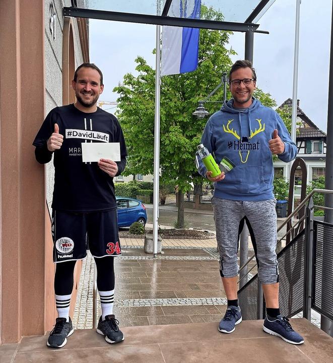 David Fritsch (links) läuft und sammel...ster Tobias Uhrich begleitete ihn.      | Foto: Gemeinde Neuried