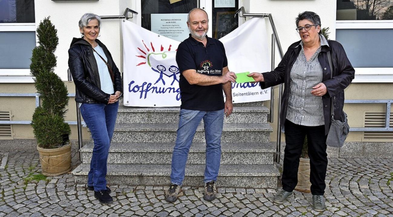 Sieglinde Stutz (links) und Elisabeth ...r Kinder, Manfred Göpfrich, 1500 Euro.    Foto: Horst Dauenhauer