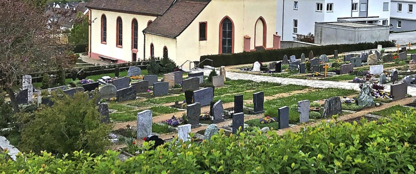 Der Friedhof an der katholischen Kirche St. Leodegar in Bad Bellingen  | Foto: Jutta Schütz